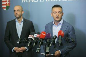Áder János köztársasági elnök Október 2-ra írta ki a népszavazást