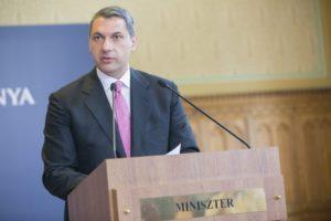 A Miniszterelnökséget vezető miniszter az 58. Kormányinfón,