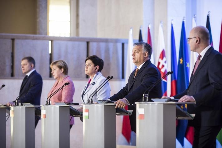 Orbán Viktor a V-4. kormányfőinek pénteki varsói találkozóján, amelyen részt vett Angela Merkel is.