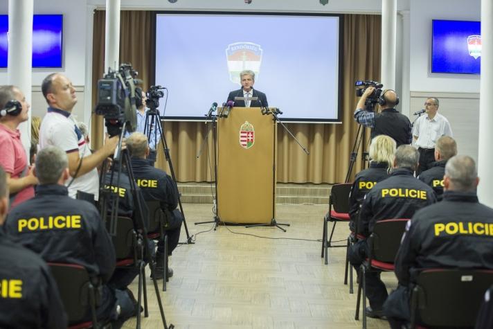 Ötven cseh rendőr érkezett Budapestre a V4 -határrendészeti együttműködése alapján a déli határ védelmébe kapcsolódik be.