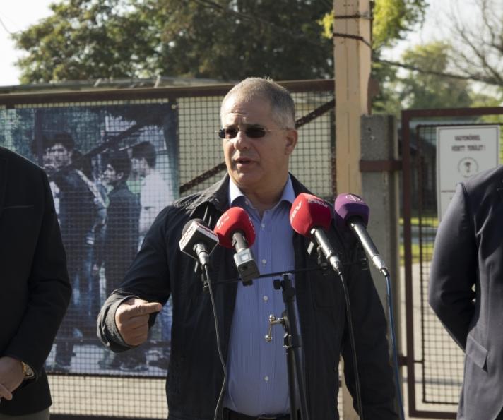 Fidesz frakcióvezetője a bezárt debreceni menekülttábor előtt Papp Lászlóval