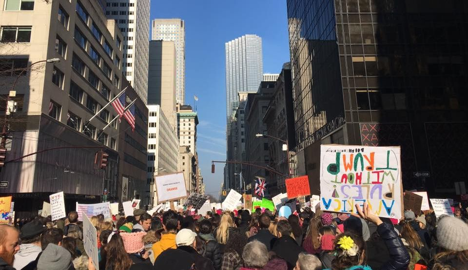 Százezrek tiltakoztak Trump ellen, az új elnök első munkanapján