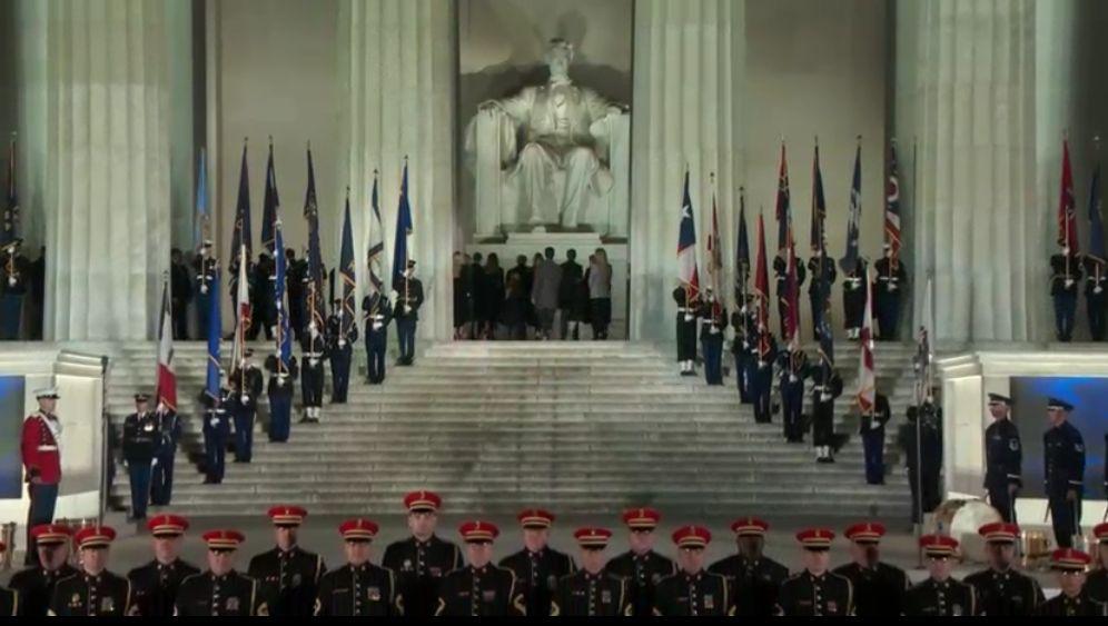 Miközben jelen sorokat írom, éppen befejeződik a koncert és a hideg időjárás ellenére, (jelenleg -3 fokot mutat a hőmérő Washingtonban) Trump, a megválasztott elnök és a Lincoln szobor előtt felsorakozott egész családja együtt tapsolt a közönséggel és az esemény befejezéseként közösen tisztelegtek Lincoln szobra előtt.