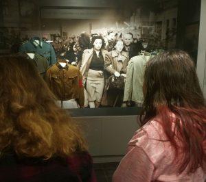 Ezt bizonyítja az is, hogy ez az első amerikai iskola, amelyik komoly figyelmet fordít a Holokauszt oktatására. A múzeumban a legkülönbözőbb európai országokból származó kiállítási tárgyak mutatják be a második világháború szörnyűségeit. Azonban eleddig Magyarországról származó kiállítási tárgy még nem volt látható a vitrinekben, a tárlókon.