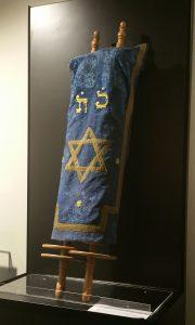 A ma, a múzeum központi helységében egy vitrinben elhelyezett, egy magyaroszági askenáz közösségtől származó Tóra szövegét tartalmazó, héber nyelvű pergamentekercset, amelyet két fatengelyre tekertek fel és díszes Tóratakaróval burkolták be, több mint 120 éves.