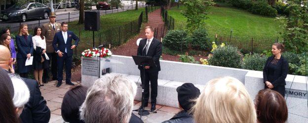 Az Amerikai Magyar Emlékmű Bizottság közel tíz éves munkája fekszik abban, hogy 2016 októberében számos más város mellett végre New Yorkban is legyen emlékműve 1956-nak. Az emlékművet 1956 hatvanadik évfordulója alkalmából avatták fel, közvetlenül a Kossuth szobor mellett a manhattani Riverside parkban. Az első koszorúzás alkalmával az ünnepi beszédet Dr. Kumin Ferenc Nagykövet, New York-i Főkonzul Nagykövet mondta.