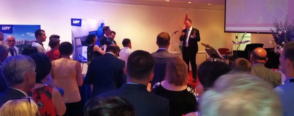 A New York-i Főkonzulátuson adott fogadáson Dr. Kumin Ferenc New York-i főkonzul, Nagykövet boldogan üdvözölte a lengyel légitársaság vezetőit, munkatársait abból az alkalomból, hogy 2018 május harmadikán megérkezett New Yorkba a LOT első Budapestről, Ferihegyről, a Liszt Ferenc repülőtérről indult járata.